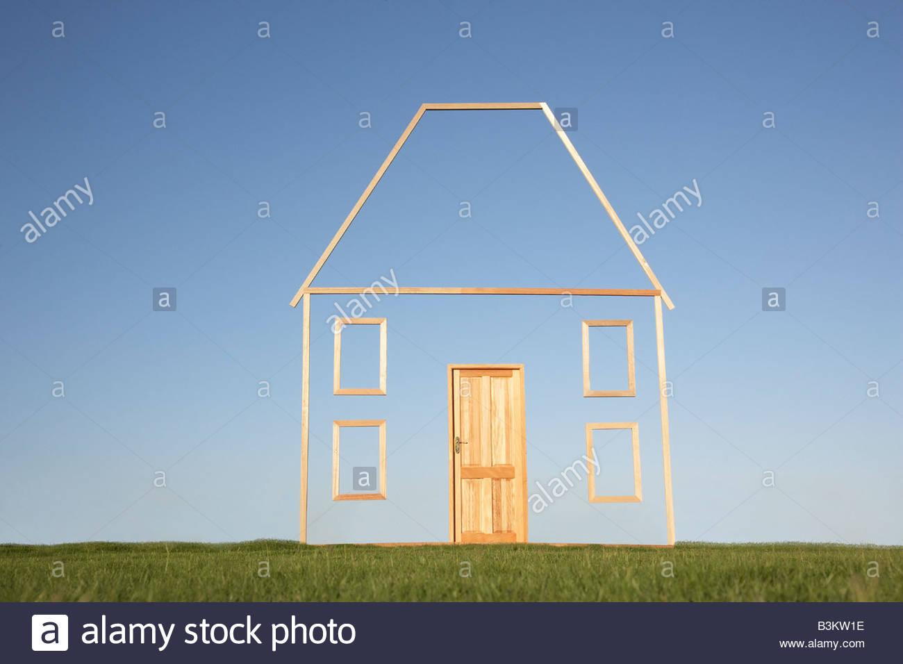 Casa verticale delineare nel campo Immagini Stock