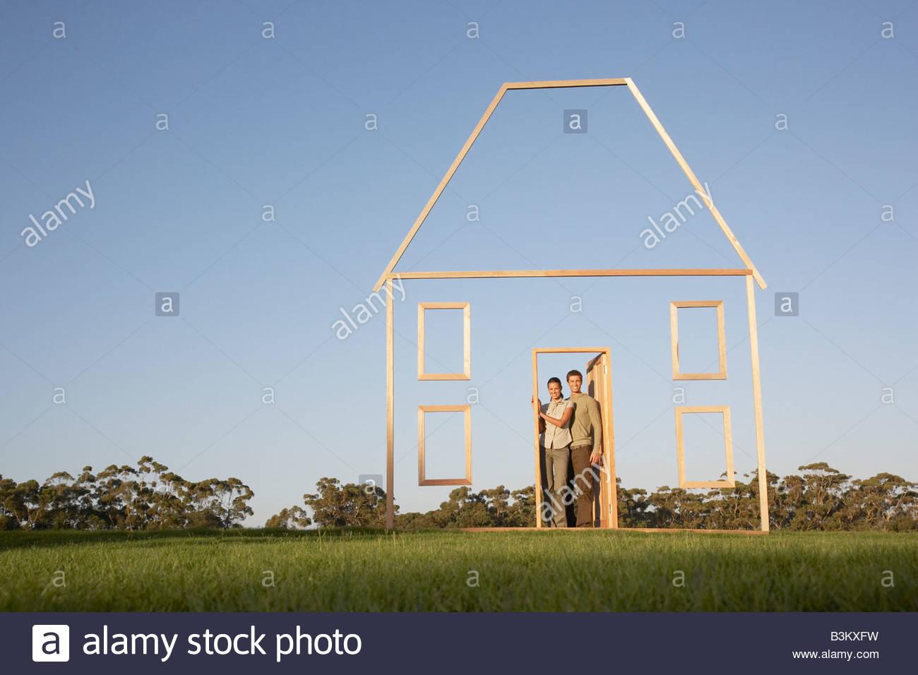 Giovane dentro la porta della casa di contorno Immagini Stock
