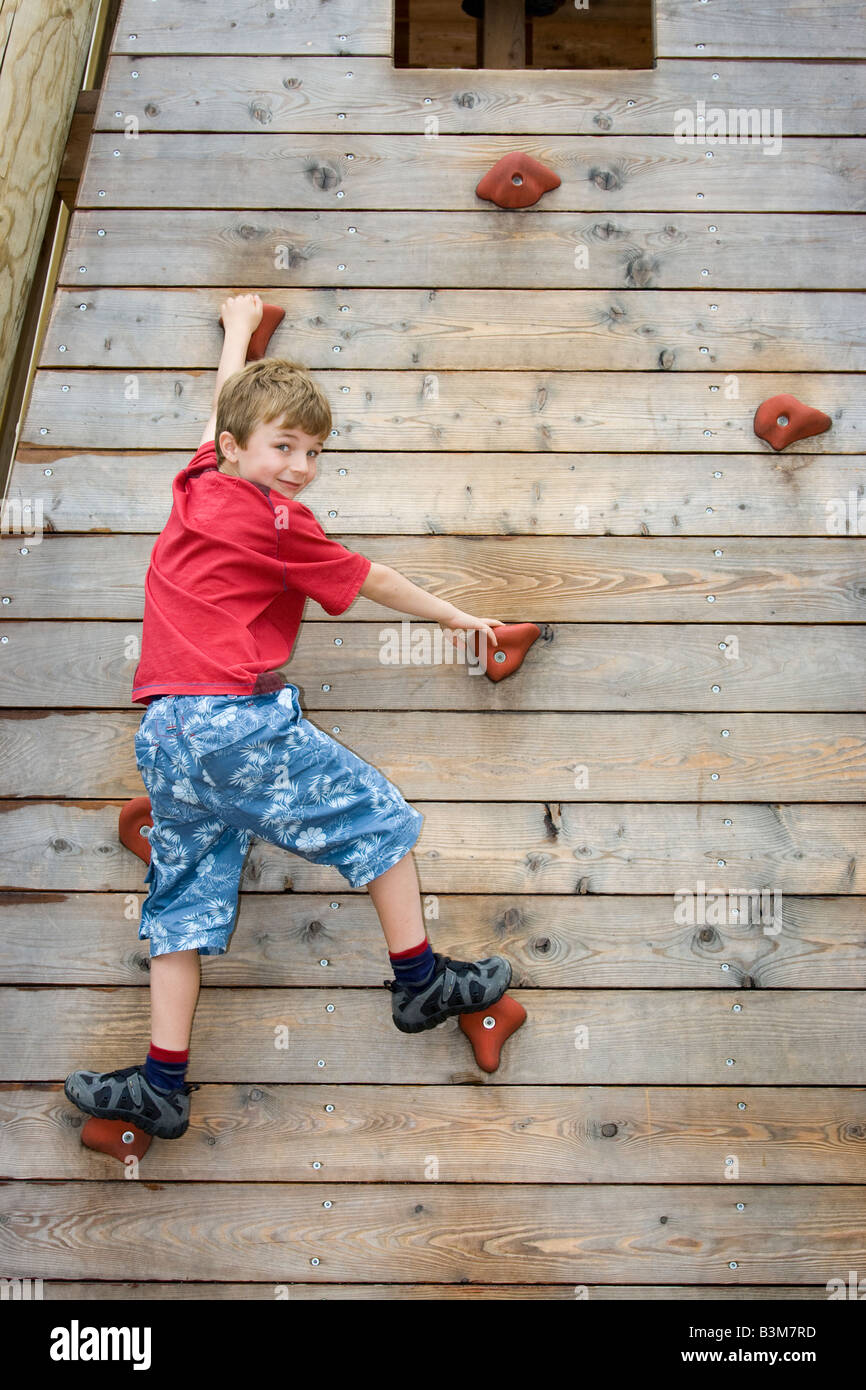 6 anno vecchio ragazzo sulla parete di arrampicata Immagini Stock