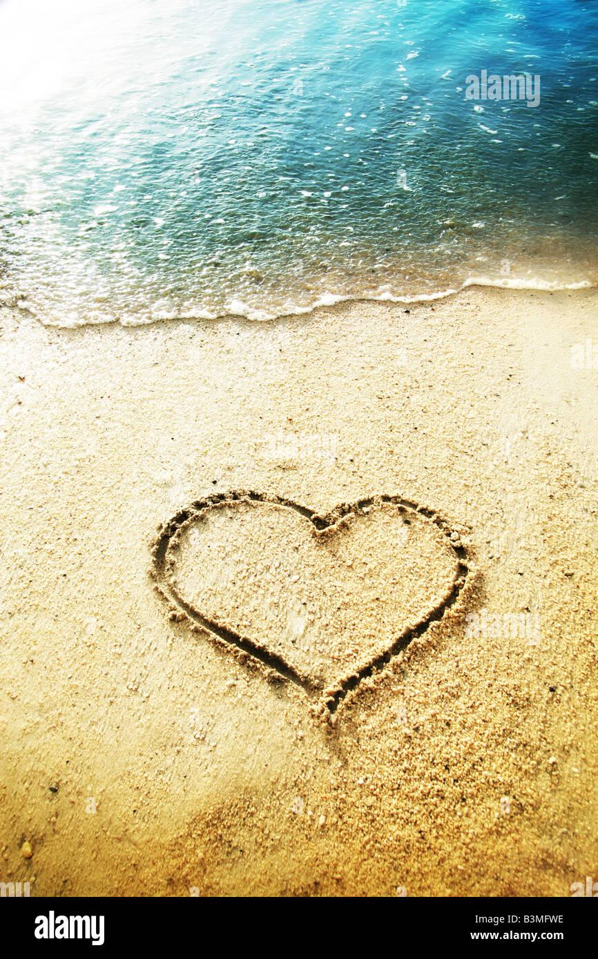 Forma di cuore disegnato nella sabbia Immagini Stock