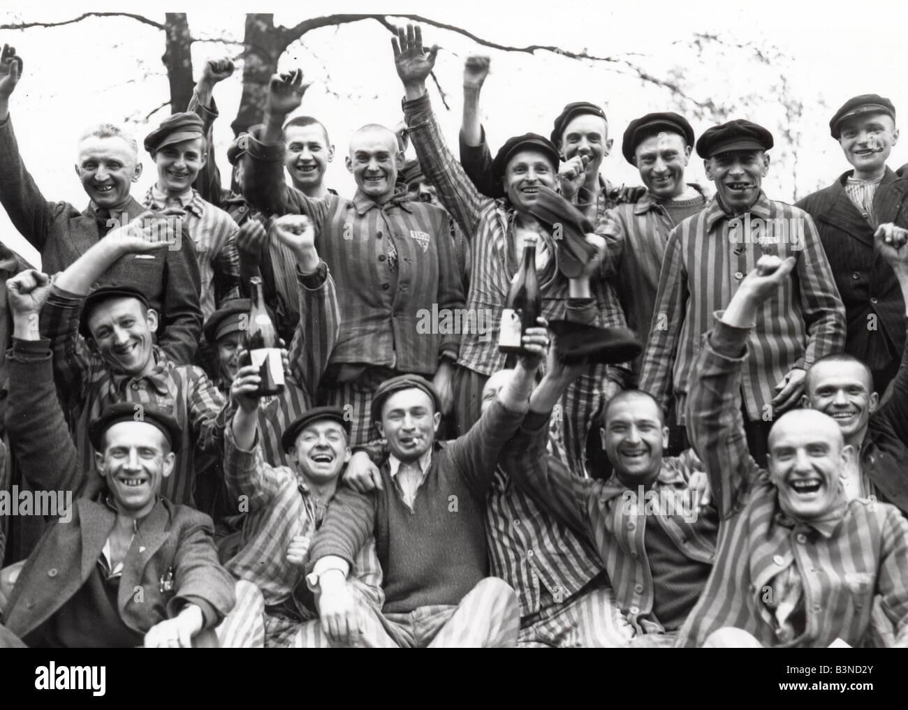 Prigionieri di Dachau celebrare la liberazione del campo di concentramento nazista nei pressi di Monaco di Baviera Immagini Stock