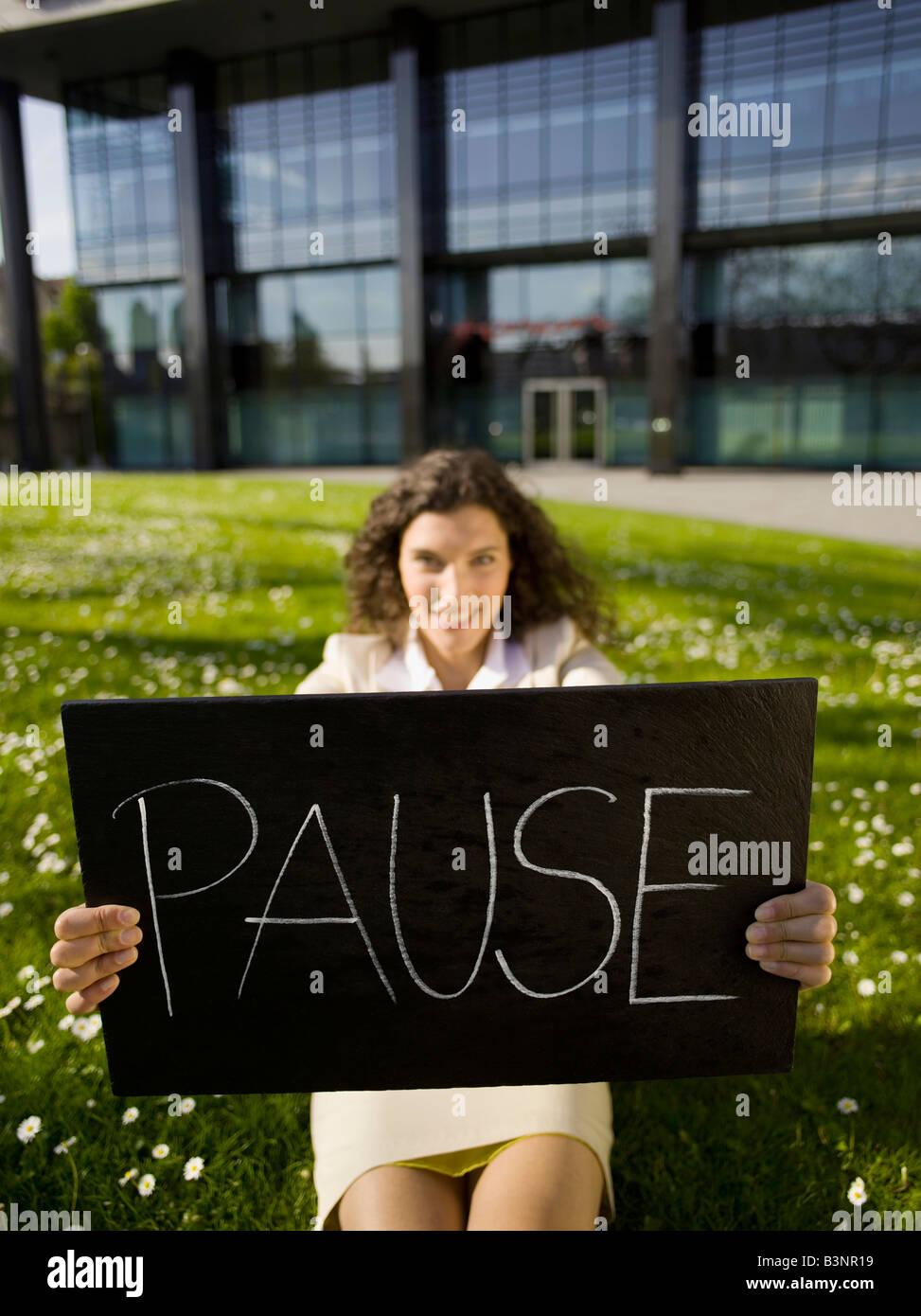 Germania, Baden-Württemberg, Stoccarda, Business donna prendendo una pausa, segno di contenimento Immagini Stock