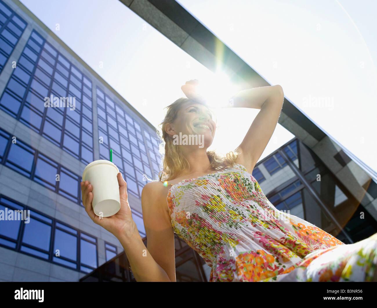 Germania, Baden-Württemberg, Stoccarda, giovane imprenditrice prendendo una pausa, a bere caffè e a basso Immagini Stock