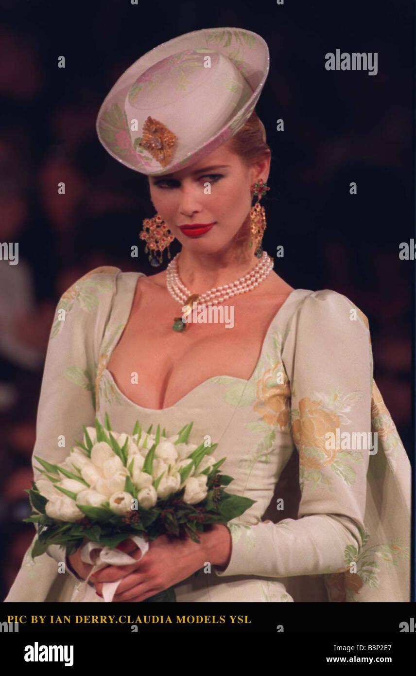 Abiti Da Sposa Ysl.Claudia Schiffer Modella Un Abito Da Sposa Da Yves Saint Laurent A