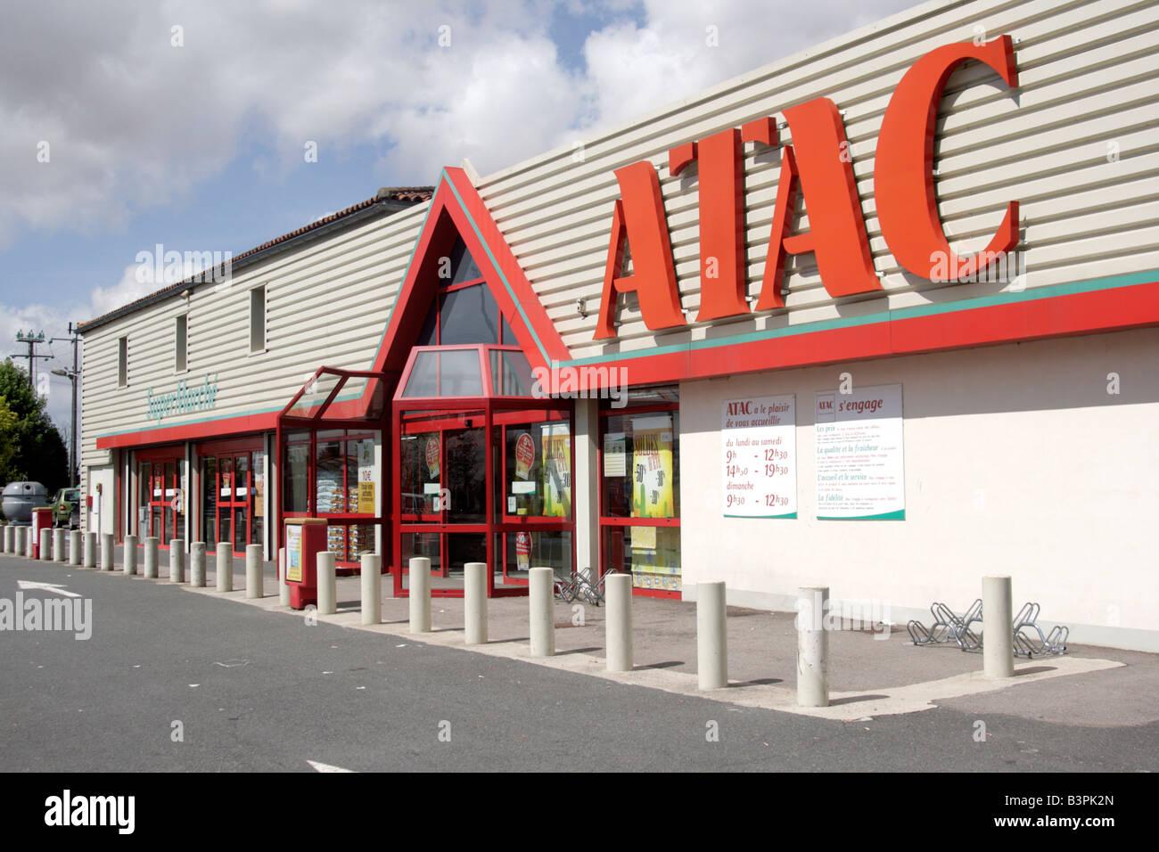 Francia Il Supermercato Atac di Mirebeau Immagini Stock