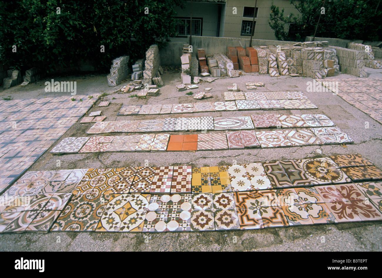 Asia, Libano, Beirut. Piastrella mosaico e rimessa a nuovo di fabbrica. Immagini Stock