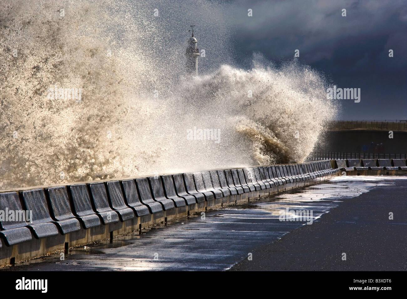La frantumazione delle onde contro la barriera, Sunderland, Tyne and Wear, Inghilterra Immagini Stock