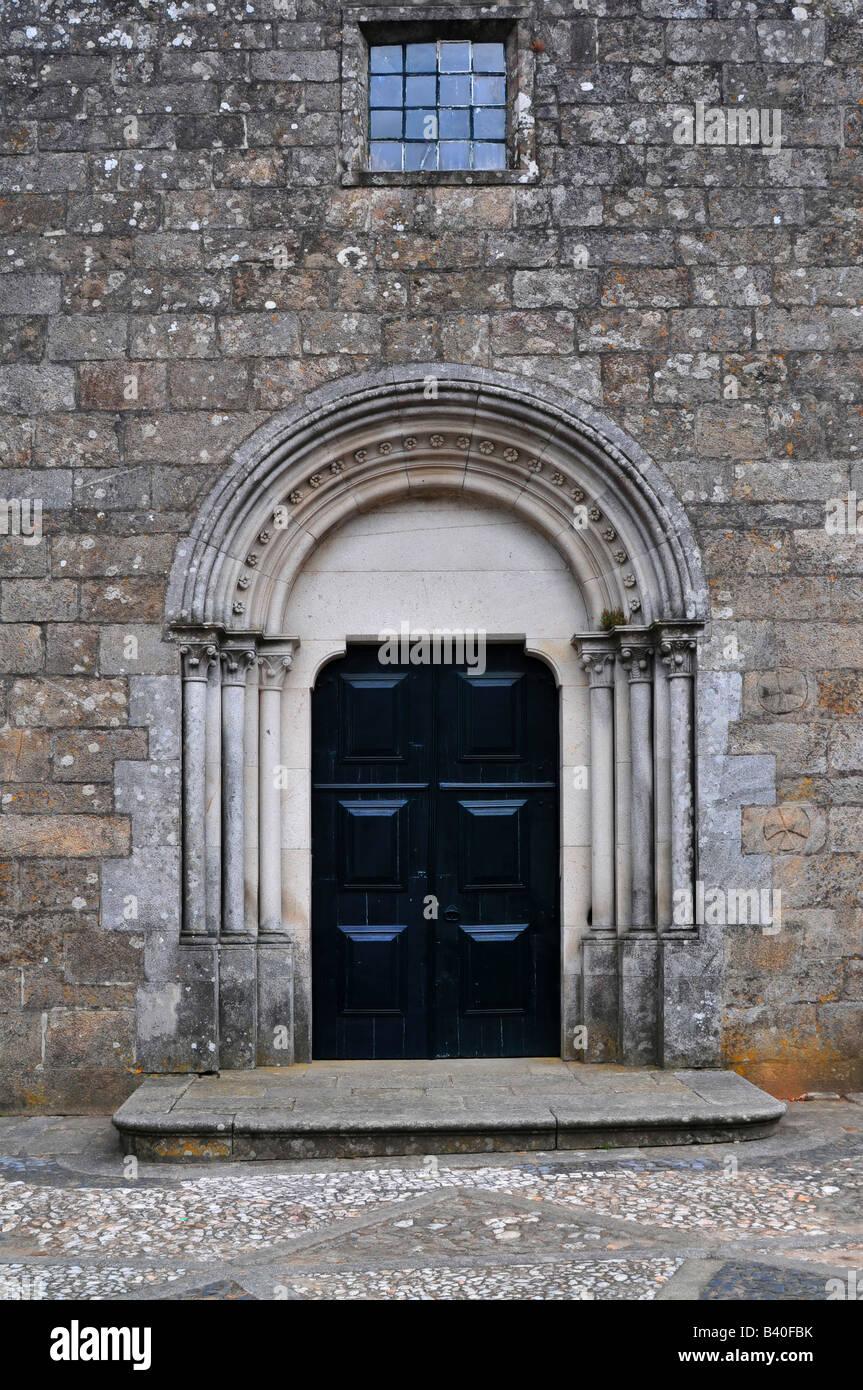 Una chiesa porta chiusa con una finestra in alto Immagini Stock