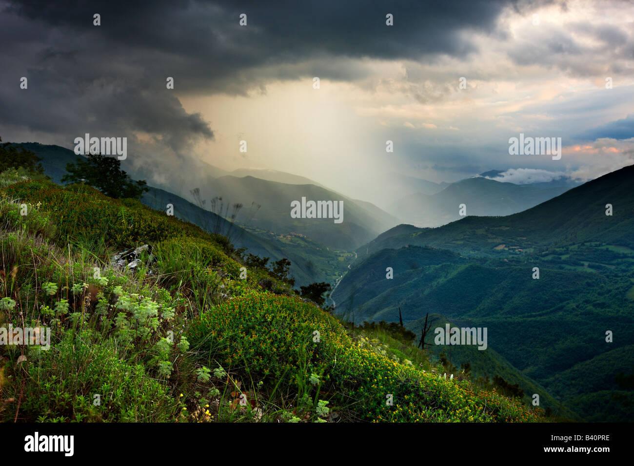 Una tempesta di primavera in Valnerina vicino a Meggiano, Umbria, Italia Immagini Stock