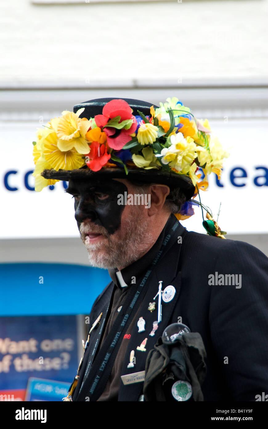 Un membro dell errore di trascrizione Morris Dance troop con faccia dipinta  indossando un cappello a7273392a553