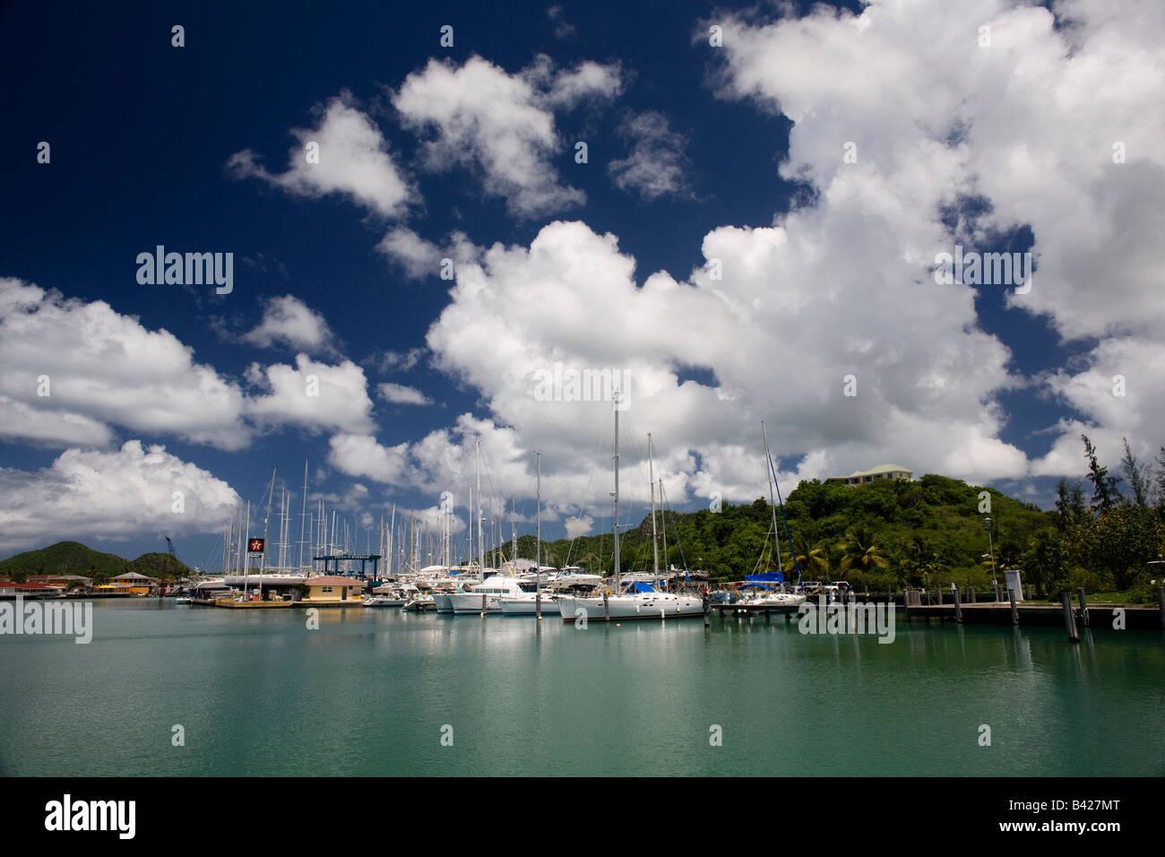 Yacht al di ancoraggio in Jolly Harbour Antigua Immagini Stock