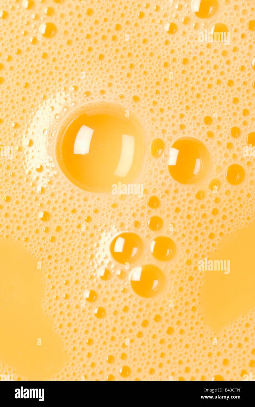 Close-up di uovo sbattuto i tuorli con bolle Immagini Stock