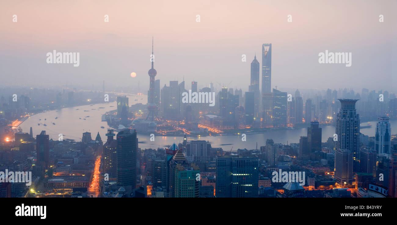 Cina Shanghai vista in elevazione dell'orizzonte finanziario visto oltre il fiume Huangpu Immagini Stock