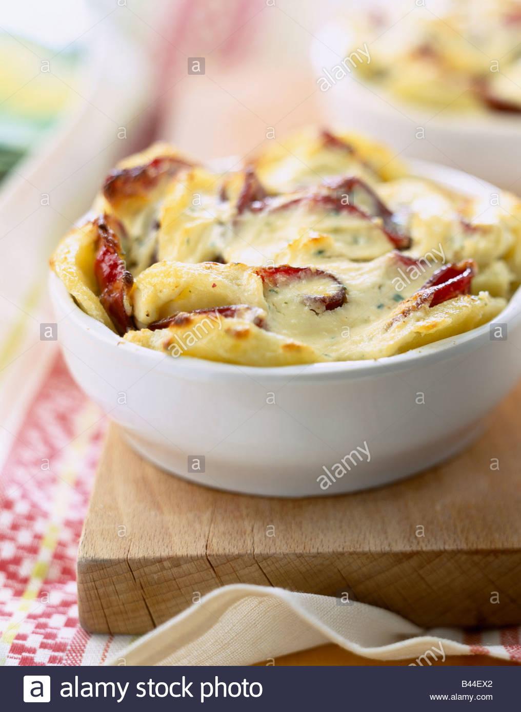 Patate e prosciutto affumicato al gratin Immagini Stock