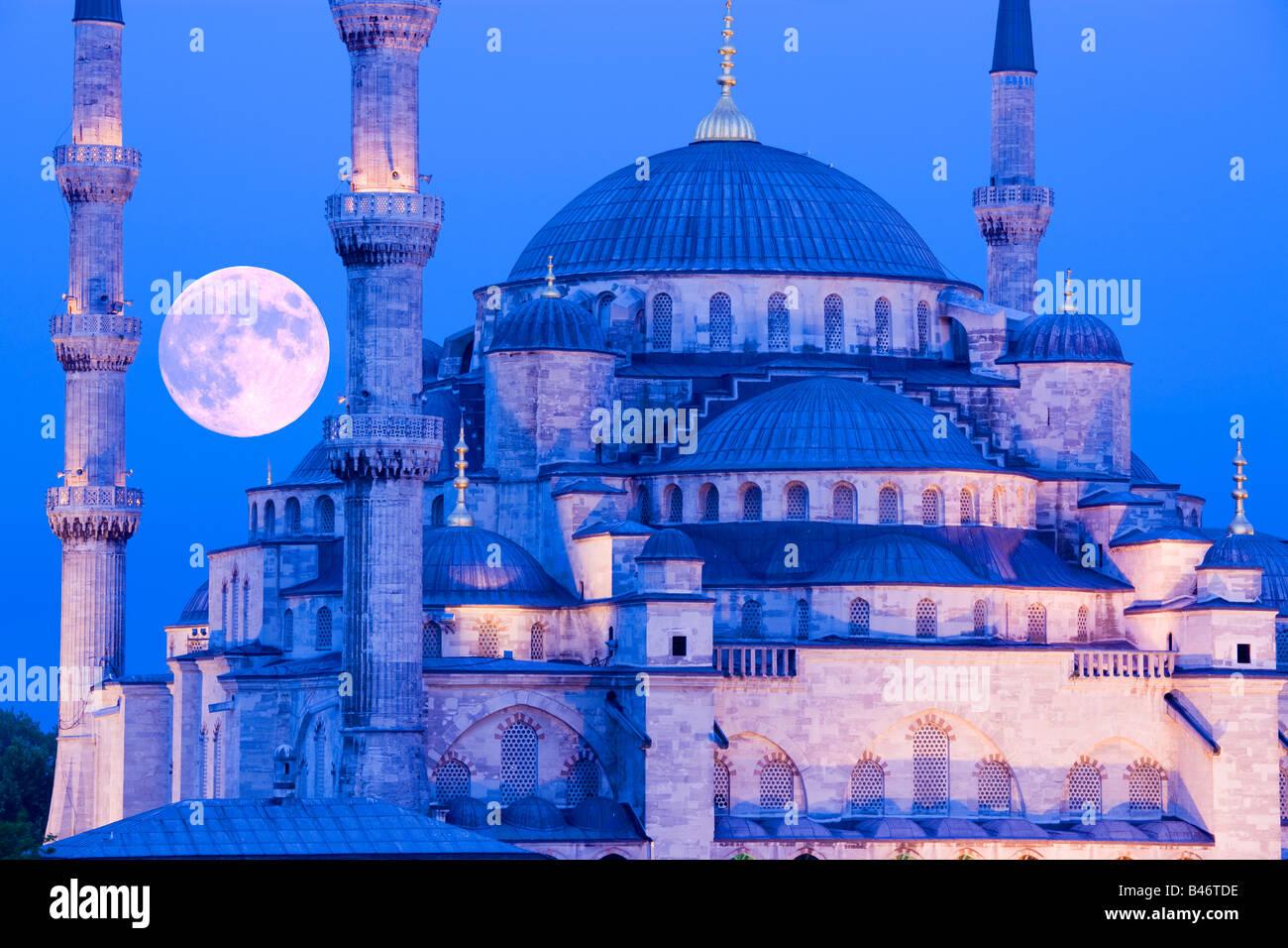 Turchia Istanbul sorgere della luna oltre la Moschea del Sultano Ahmed, Moschea blu Immagini Stock