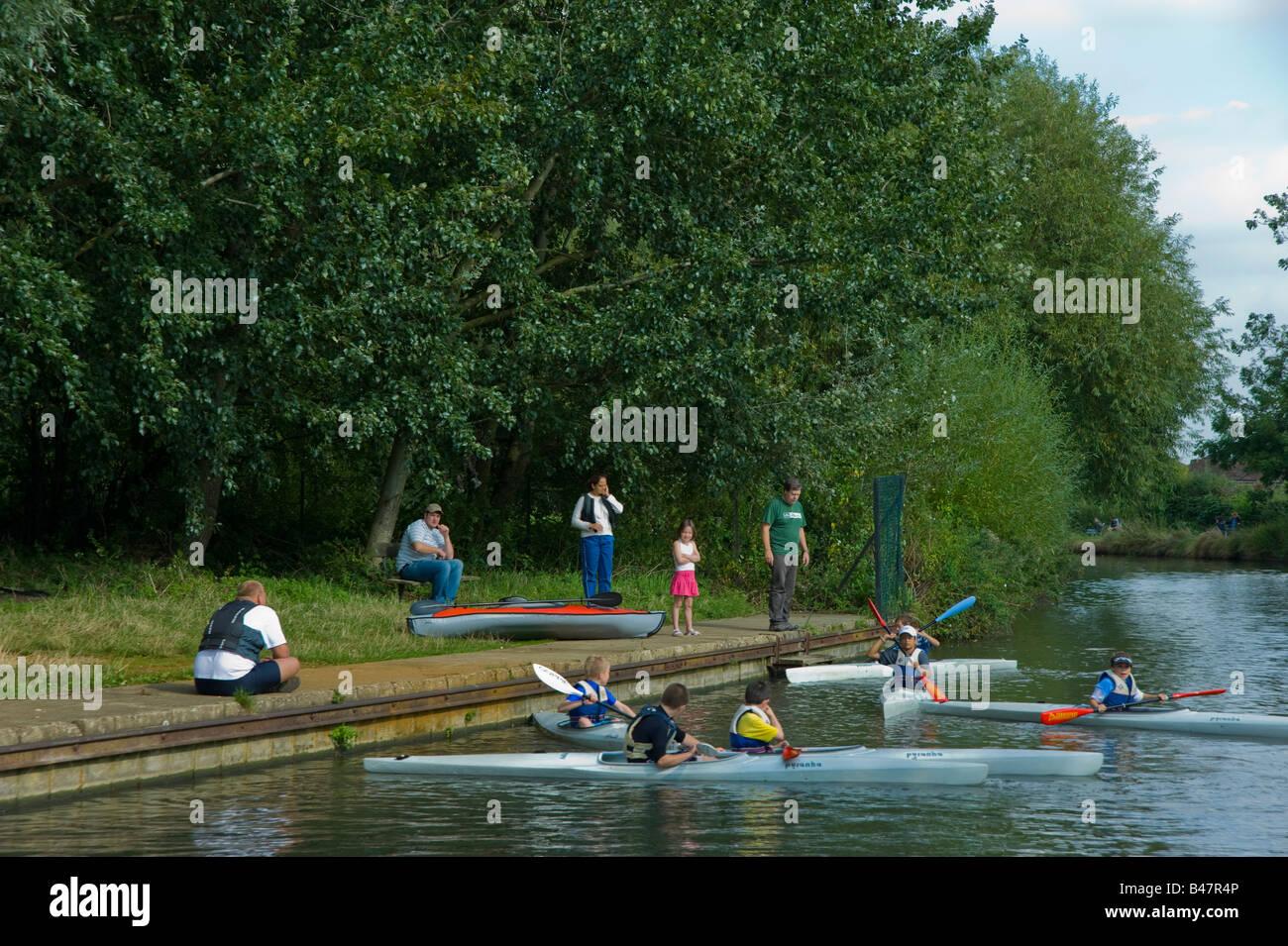 I bambini ad imparare a canoa sul Grand Union Canal nella zona ovest di Londra Immagini Stock