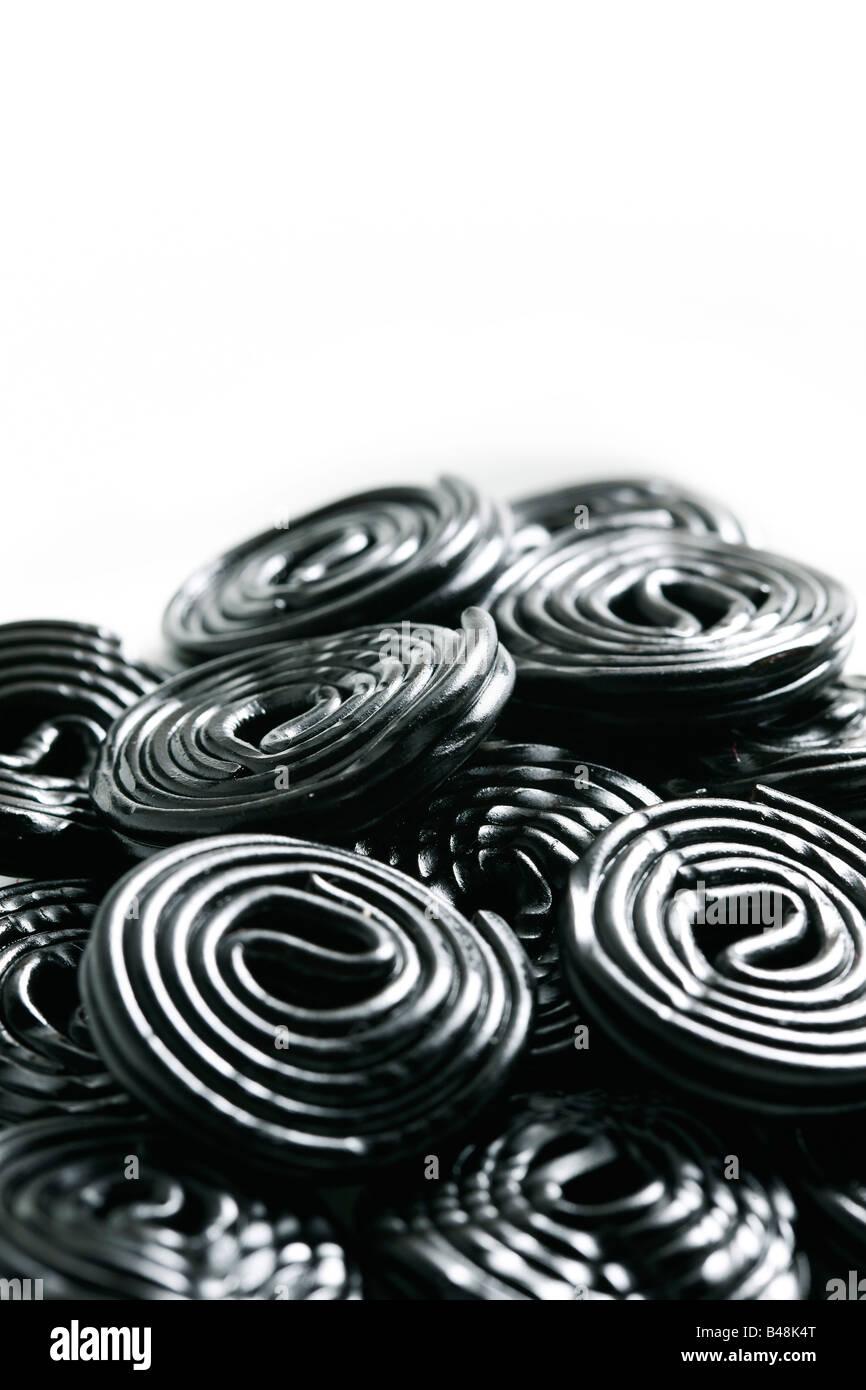 Rotoli di gustosa caramella di liquirizia rotoli isolato su bianco Immagini Stock