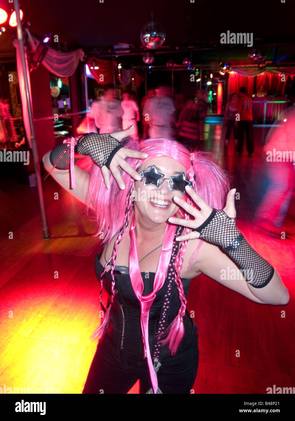 Giovane donna negli anni settanta vestiti a rullo in discoteca Camere rinascimentale in London, England, Regno Unito Immagini Stock