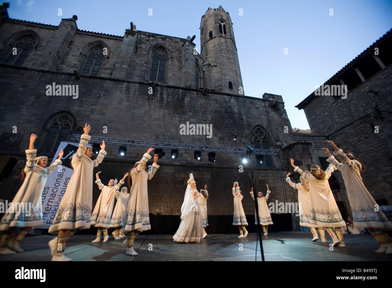 Il gruppo folk dalla Repubblica russa di Komis effettuando in corrispondenza di Placa del Rei Barcellona Spagna Immagini Stock