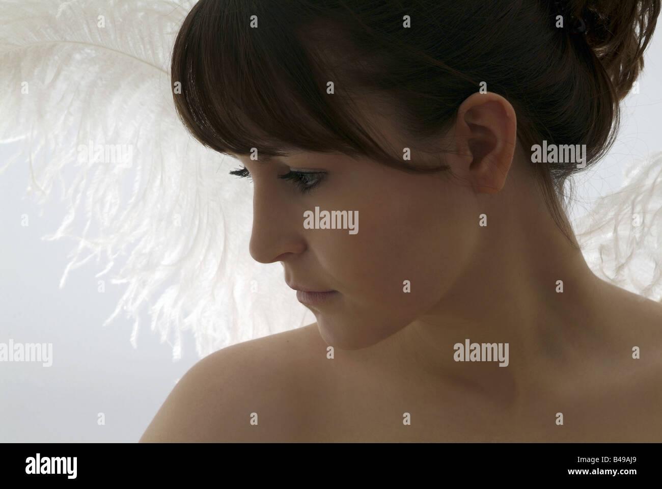 Giovane donna con angeli ali Immagini Stock