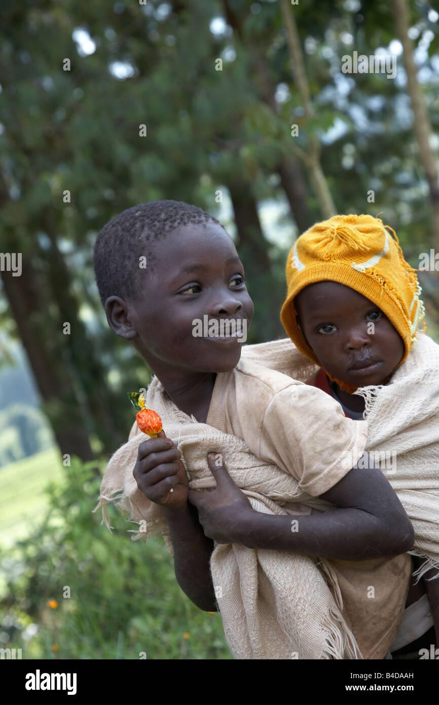 Piccolo Ragazzo con il bambino sulla schiena in Kenya Immagini Stock