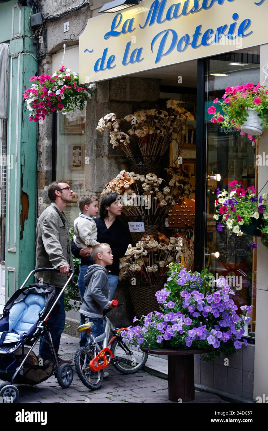 Luglio 2008 - Famiglia guardando un negozio di fiori nella città vecchia di Dinan Bretagna Francia Foto Stock