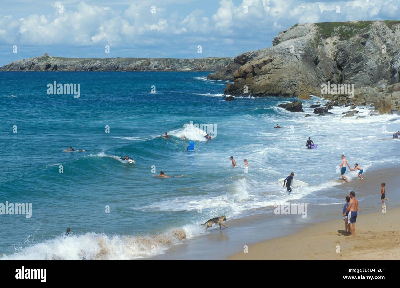 I surfisti a Costa Cote Sauvage Quiberon Bretagna Francia Immagini Stock