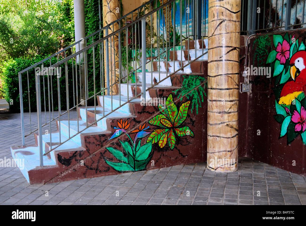 Parete colorati dipinti decorano la parte anteriore e la scalinata