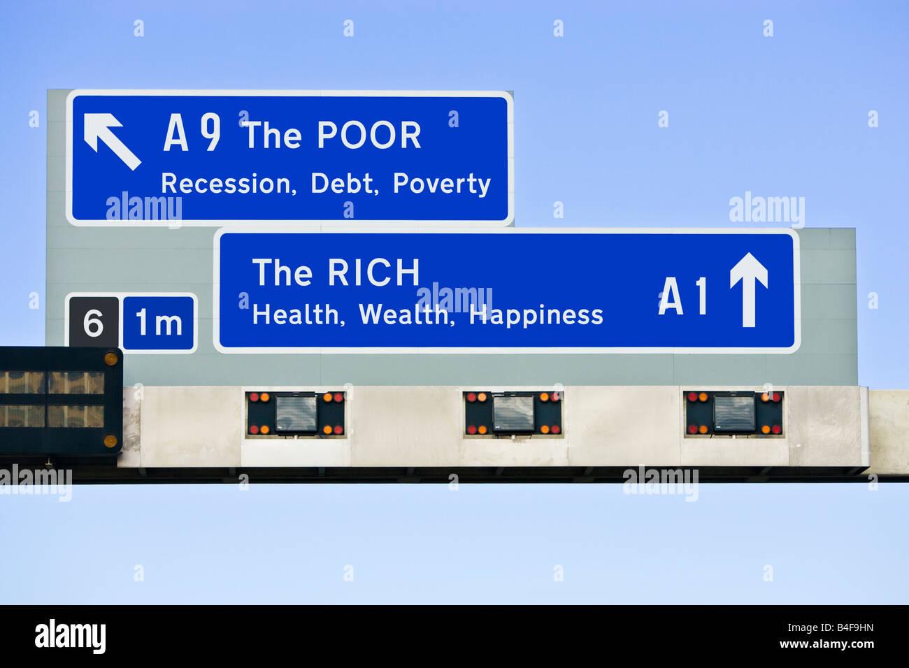 Regno Unito cartello autostradale concetto finanziario delle differenze economiche tra i ricchi e i poveri / Nord Immagini Stock