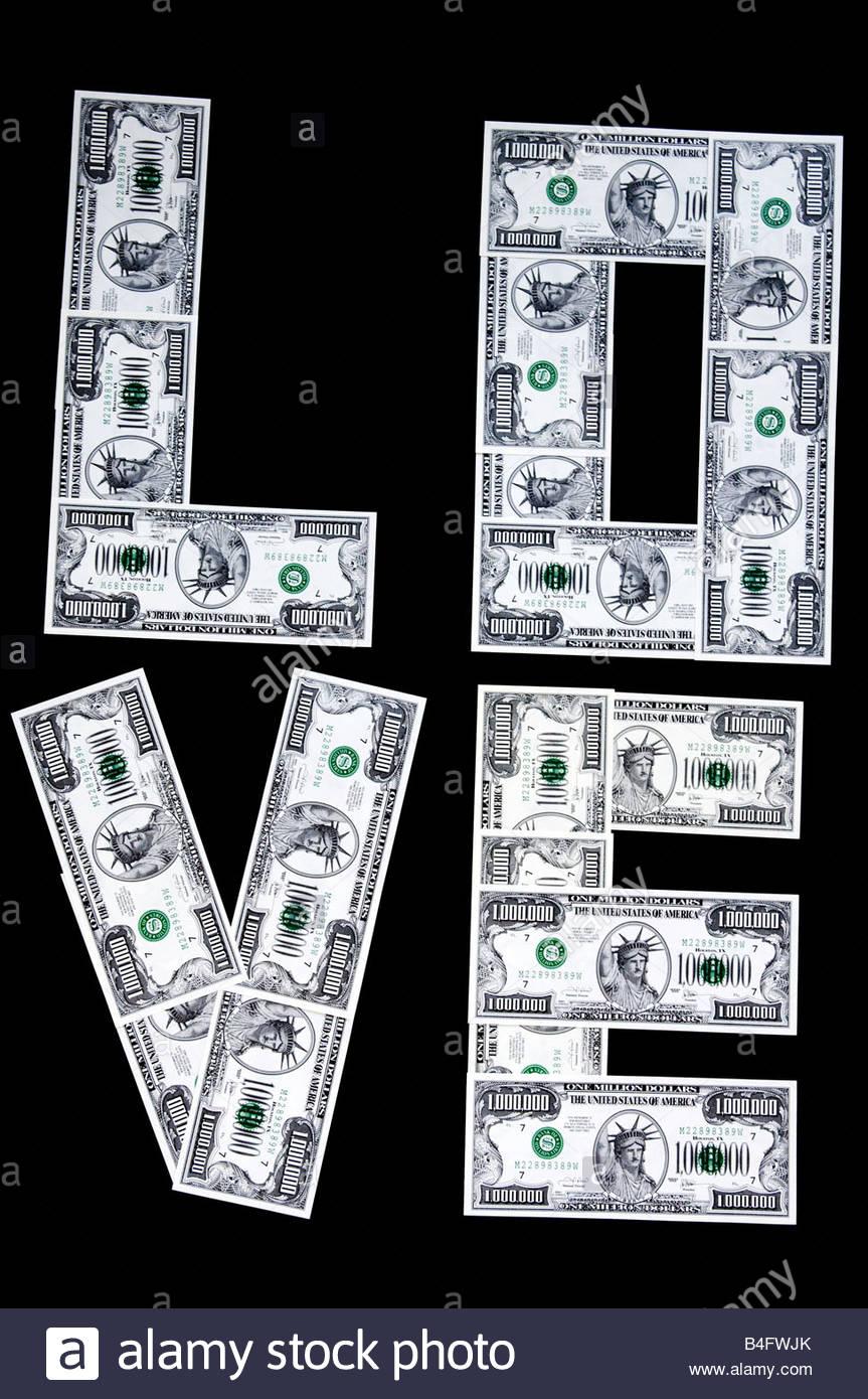 Amore sillabato su due linee con finti U.S. milioni di dollari di banconote isolato su nero Immagini Stock
