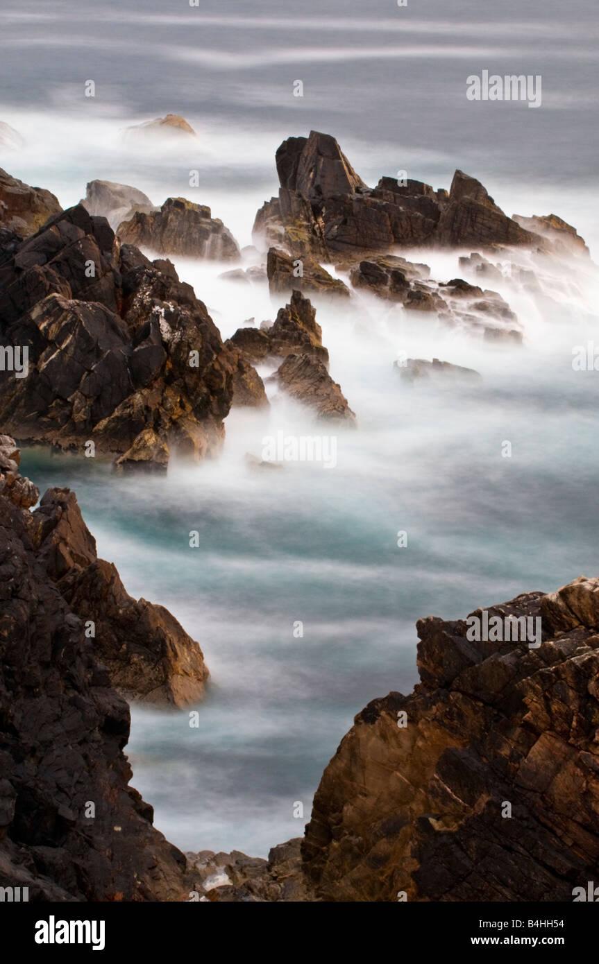 Onde che si infrangono sulla costa frastagliata dell'isola di Lewis in Scozia Immagini Stock