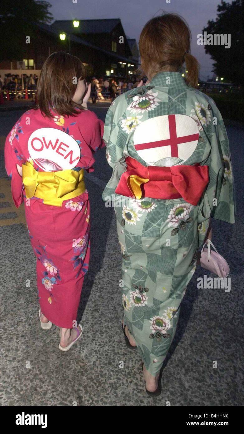 Giugno 2002 deluso tradizionalmente condita giapponese sostenitori in Inghilterra dopo l'Inghilterra v Brasile Immagini Stock