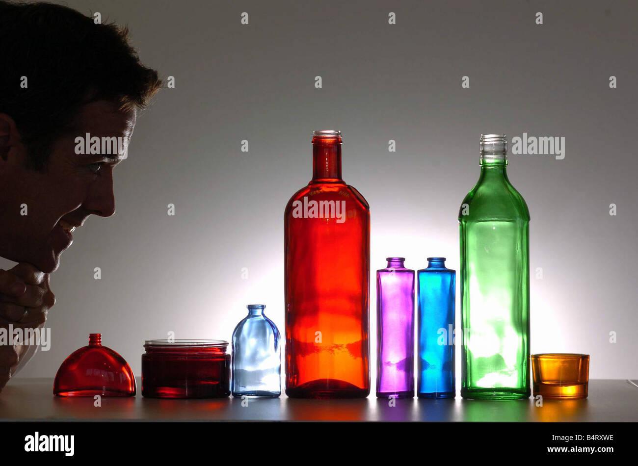 Robert Fiddes MD di Fiddes Rivestimento vetro limitato di Cardiff e di una gamma di bottiglie con vetro traslucido Immagini Stock