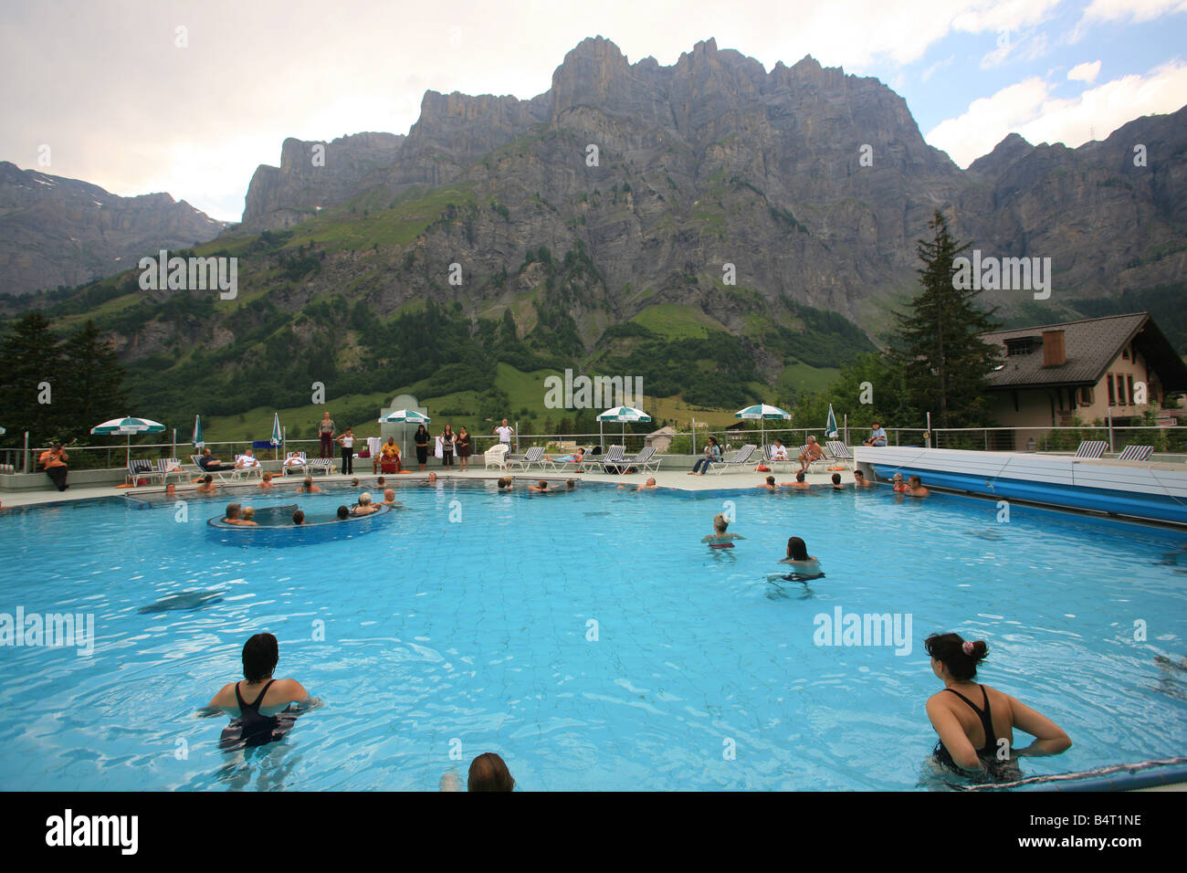 https://c8.alamy.com/compit/b4t1ne/bagni-termali-di-leukerbad-vallese-svizzera-europa-b4t1ne.jpg
