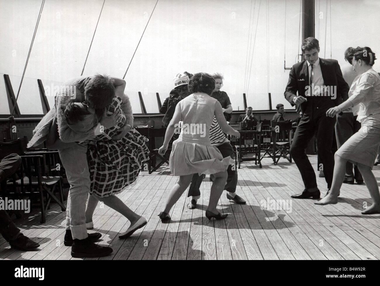 Partito in barca le coppie di danza e jive in vero 60 s style giovane kissing facendo il twist avendo divertimento Immagini Stock