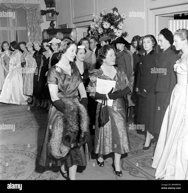 La regina madre e la principessa Margaret visto qui al salone di  abbigliamento designer Hardy Amies cb146c21758