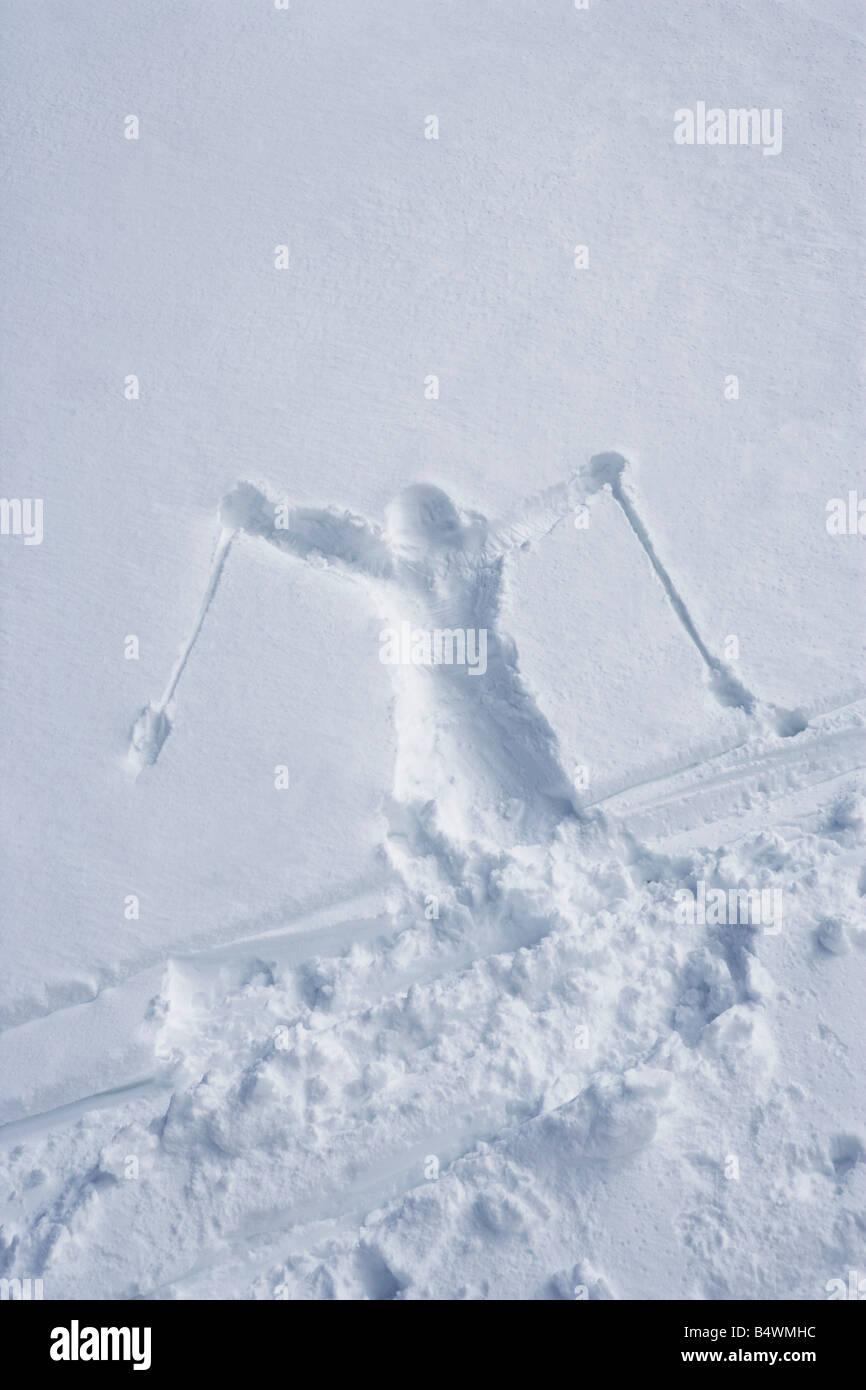 Gli sciatori delineare nella neve Immagini Stock