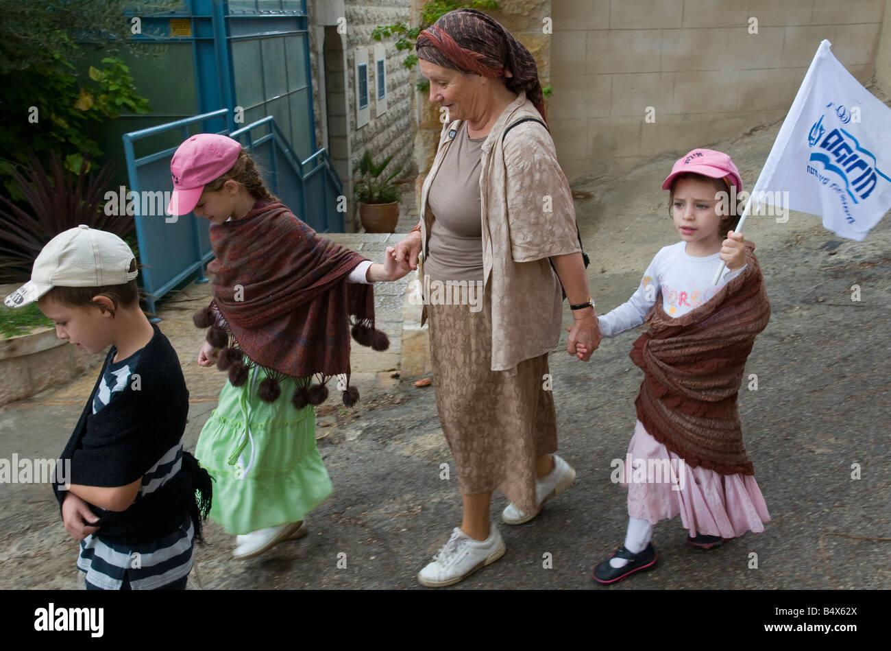 Israele Gerusalemme Abu Tor tradizionale quartiere annualmente a Gerusalemme a piedi gran Madre marciando con il Immagini Stock