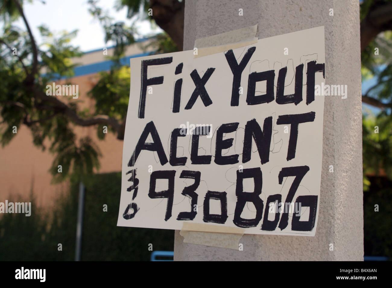 Riduzione dell'accento segno in strada in California, Stati Uniti d'America Immagini Stock