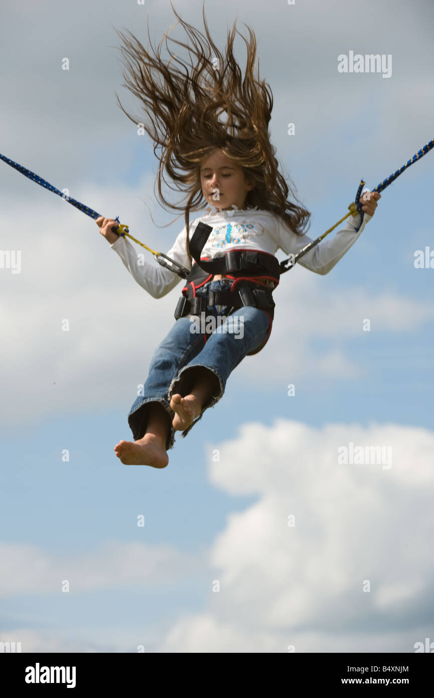 Ragazza bungee jumping pioppi avventura Mega Maze Ferrensby Knaresborough North Yorkshire Luglio Immagini Stock