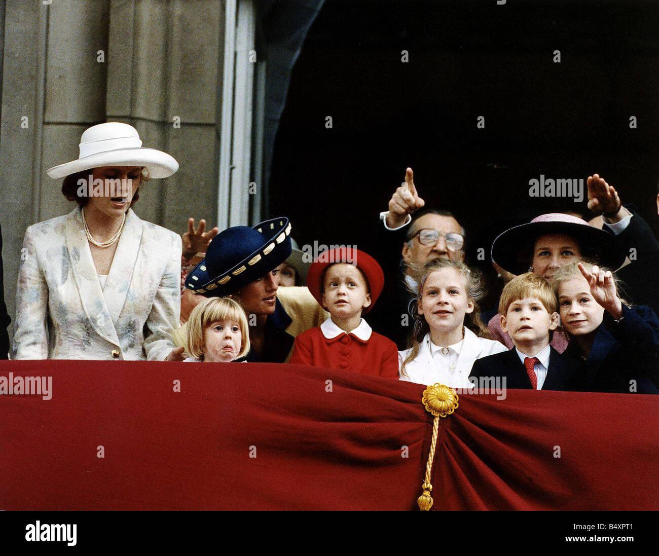 Leonora Romsey essendo parlato dalla Principessa Diana con la duchessa di York e royal grand bambini a trooping Immagini Stock