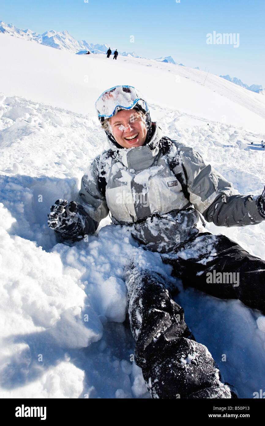 Basso angolo di visione di un giovane uomo sorridente in usura di sci delle Alpi della Svizzera Immagini Stock