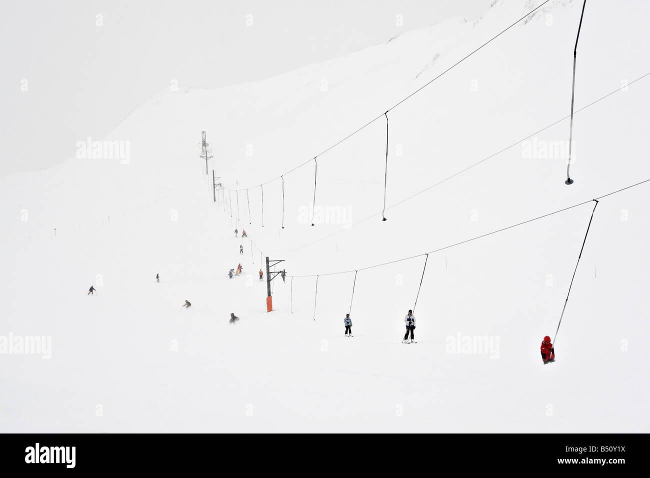 Gruppo di persone skiingan Alpi della Svizzera Immagini Stock