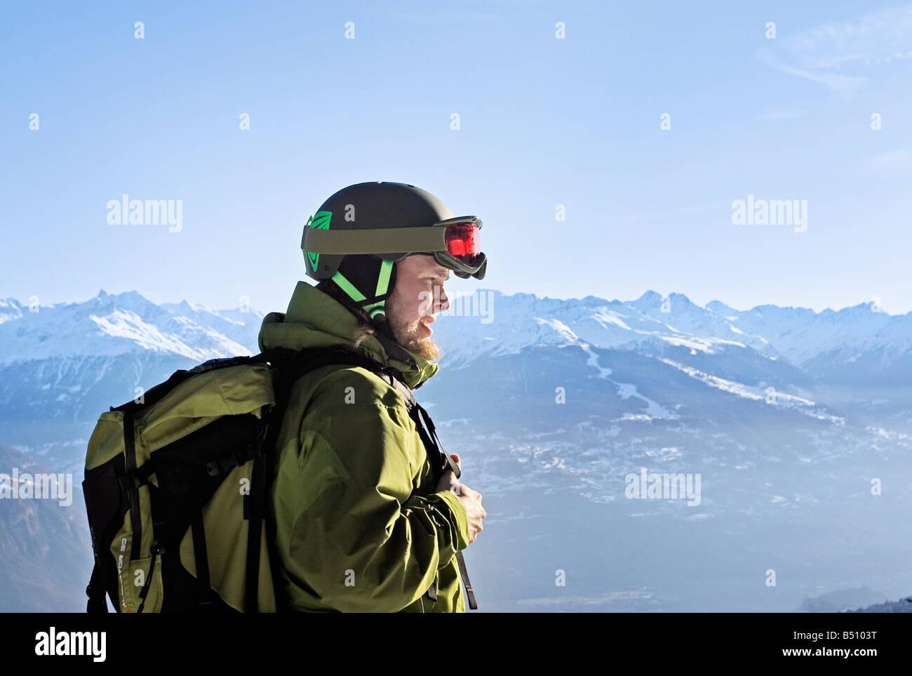 Giovane uomo di usura di sci delle Alpi della Svizzera Immagini Stock