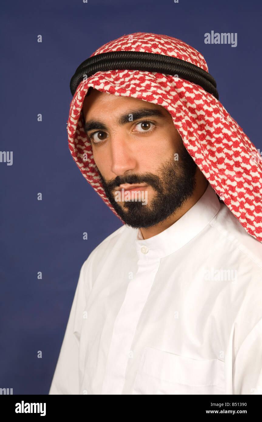 Grave Arabian uomo che indossa abiti tradizionali Immagini Stock