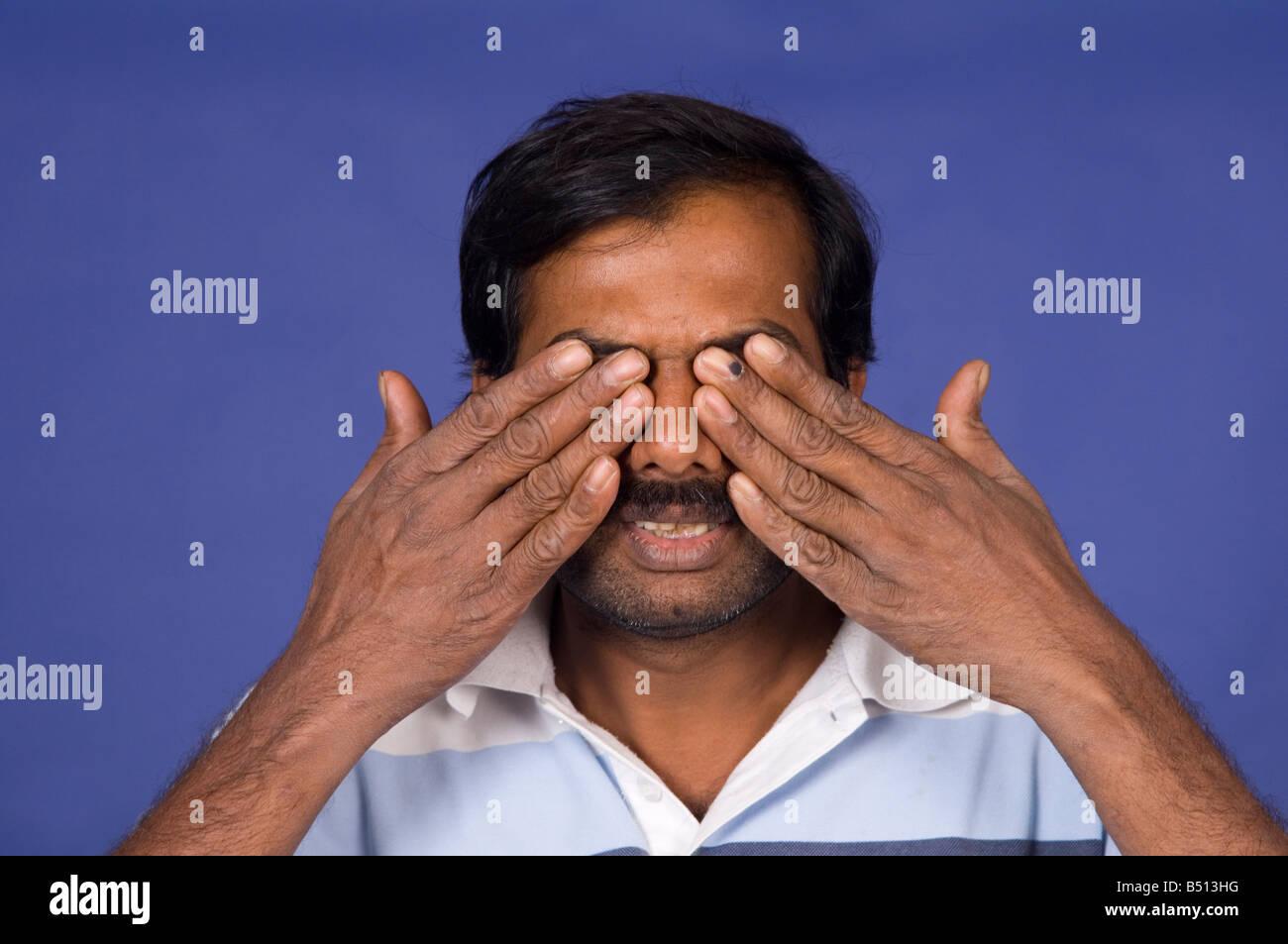 Coppia mani indiane che copre gli occhi Immagini Stock