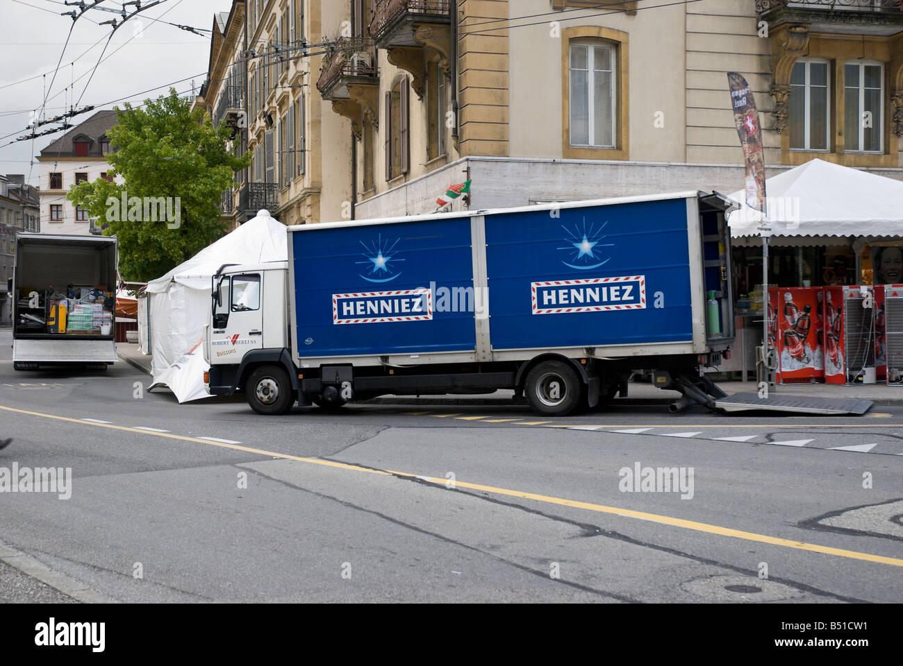 Camion di consegna consegnare le forniture in anticipo del festival annuale, Fete des Vendanges Immagini Stock