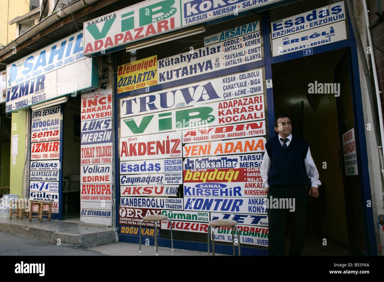 Gli agenti di viaggio che vendono biglietti pullman in Uskudar, Istanbul, Turchia Immagini Stock