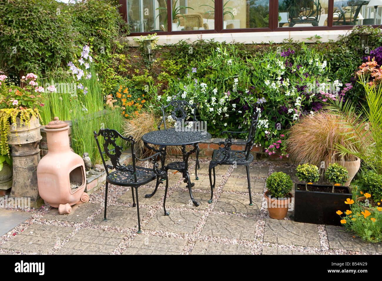 Mobili Per Giardino E Terrazzo.Terrazza Con Mobili Da Giardino E La Chimera Foto Immagine Stock