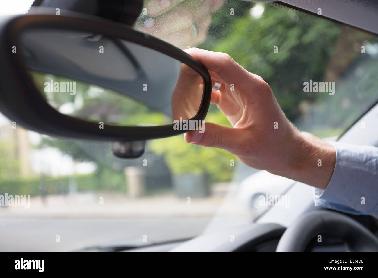 Un uomo una regolazione specchietto retrovisore Immagini Stock